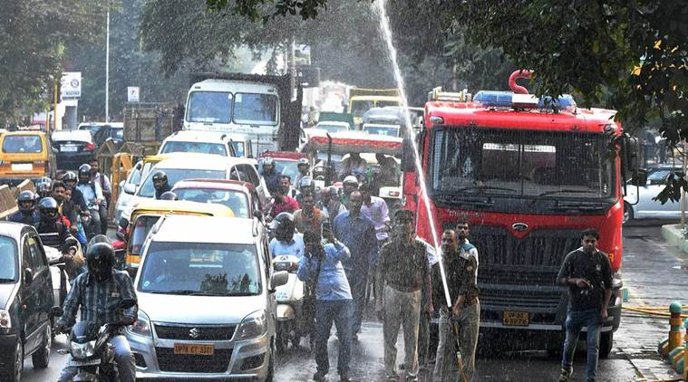 air pollution, air pollution in lucknow, UP authorities, lucknow police, water sprinkled in lucknow, lucknow news, indian express news, india news