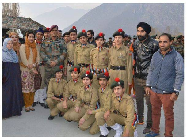 MS Dhoni with NCC cadets in Kashmir