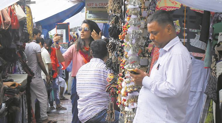 demonetisation, demonetisation anniversary, Mumbai street shopping, Mumbai street shop vendors, cash in market, mumbai news, India news, indian express news