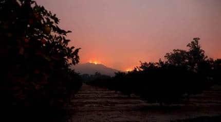 Crews struggle to keep flames from Californianeighbourhoods