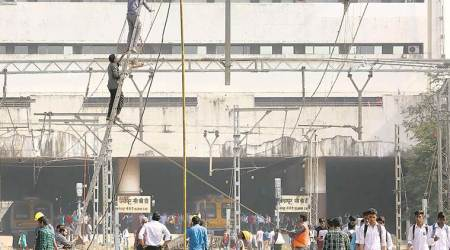 Mumbai: Technical glitch on harbour line delaystrains