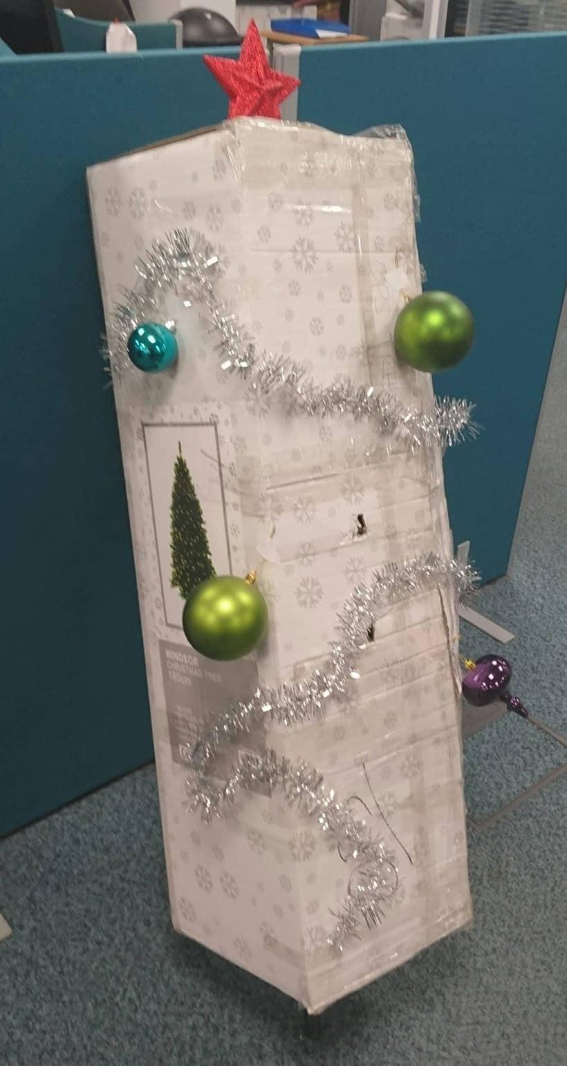 christmas, christmas decoration, lazy christmas decoration, bad christmas decoration, worst christmas decoration, merry christmas, funny christmas decoration, christmas tree photos, christmas decoration photo