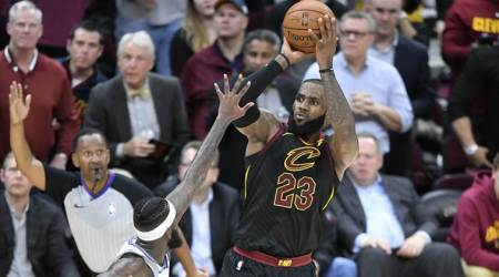 LeBron James hits big 3, scores 32 as Cavaliers win 13th straight