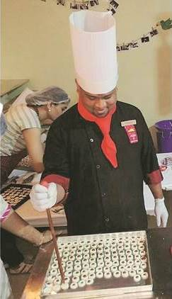 pizza, mini pizza, 1 inch pizza, 4600 pizza in 1 hour, pune pizza chef, limba book of records, pizza baking record, chef sarvesh jadhav, indian express
