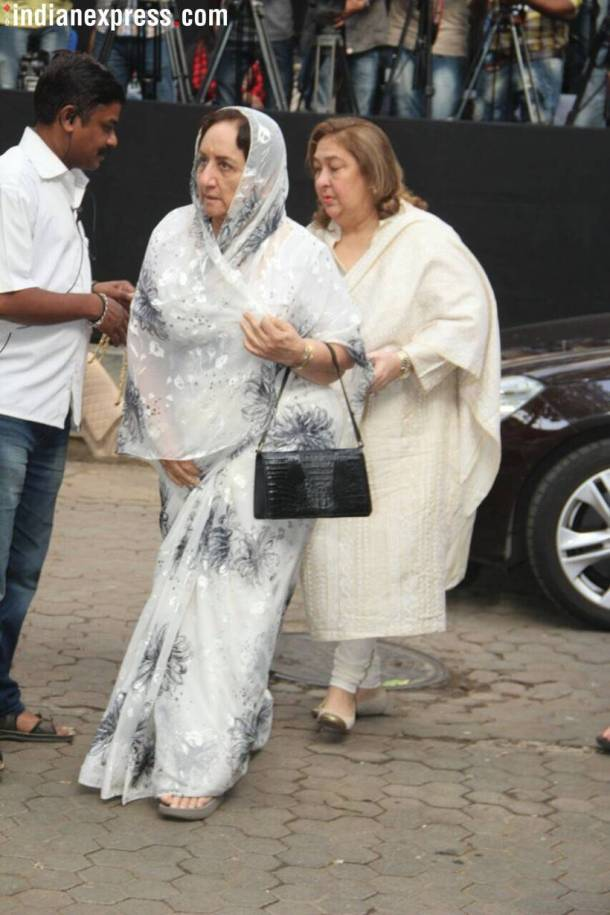 Shashi Kapoor Wife And Family >> PHOTOS: Shashi Kapoor prayer meet: Rekha, Hema Malini and Karisma Kapoor in attendance | The ...