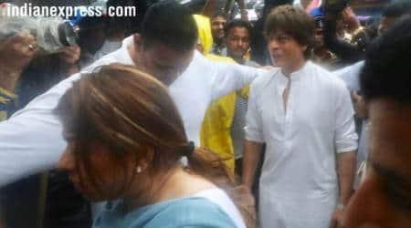 shah rukh khan at shashi kapoor's funeral