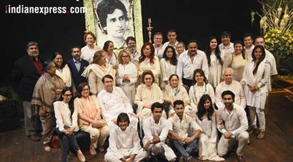 shashi kapoor, shashi kapoor prayer meet, kapoor family photo, shashi kapoor death, shashi kapoor dead, shashi kapoor family, shashi kapoor no more, shashi kapoor prayer meet, shashi kapoor funeral, rekha, jitendra, neetu kapoor, rakesh roshan, shashi kapoor updates