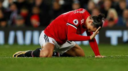 Zlatan Ibrahimovic sidelined for a month with knee injury