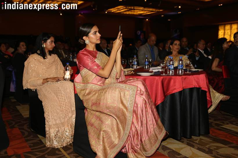 Ddeepika padukone clicks a photo