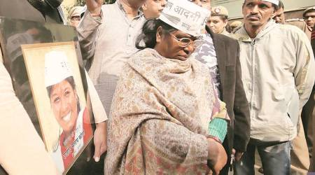 Kumar Vishwas lashes out, dead AAP worker's mother heads to Delhi CM's home