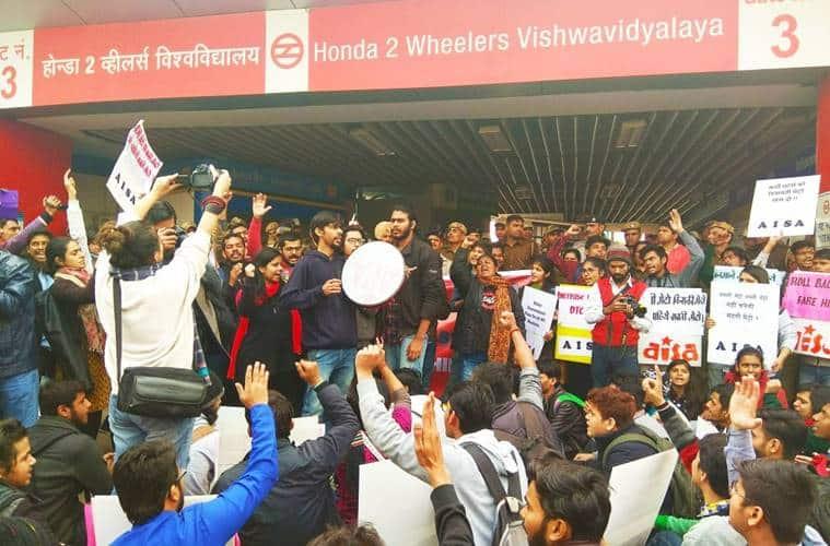 delhi university students protest, delhi metro fare hike, du students protest against metro fare hike, Vishwavidyalaya metro station