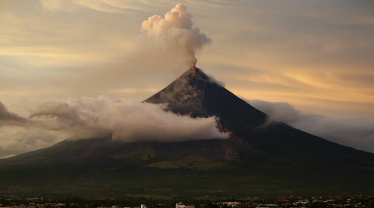 Philippines volcanic eruption, Mount Mayon eruption, Mayon Philippines volcano, Philippine Institute of Volcanology and Seismology, ash plumes, lava, magma, suklphur dioxide, swelling, ash eruptions, swelling magma