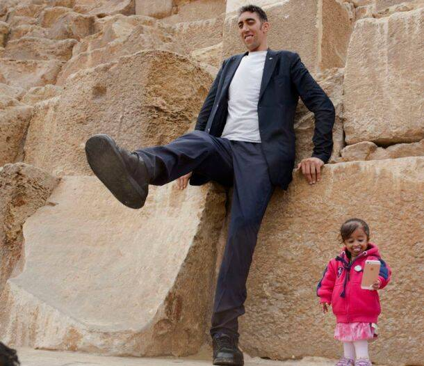 No tricks involved! World's shortest woman and tallest man pose in front of the Pyramids