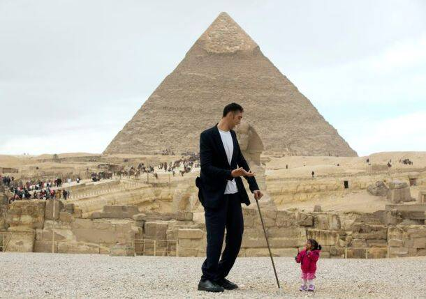 egypt, egypt pyramid, world tallest man, world smallest woman, world tallest man shortest woman, Giza Pyramids in Cairo, Jyoti Amge, Sultan Kosen, world news, odd news, viral photos, unusual photos