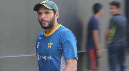 Shahid Afridi asks fan to hold Indian flag properly, winshearts