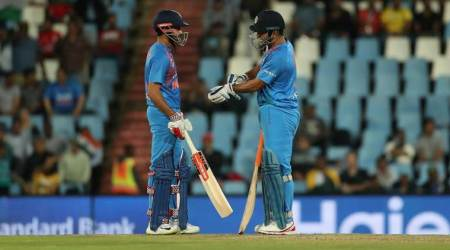 MS Dhoni abuses Manish Pandey for not paying close attention; watch video