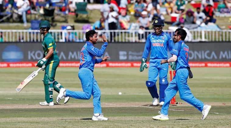 Kuldeep Yadav and MS Dhoni, Kuldeep Yadav misses MS Dhoni, Kuldeep Yadav bowling, Ms Dhoni wicketkeeping