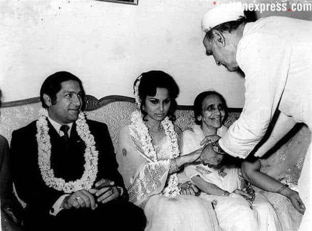 Вахида Рехман  Mk-kidwai-presenting-a-ring-to-waheeda-rehman-while-farid-ahmed-siddiqui-finacee-of-waheeda-rehman-looks-on