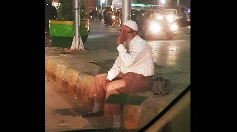 Here's why this photo from Pakistan of an old man sitting at a traffic signal has gone viral