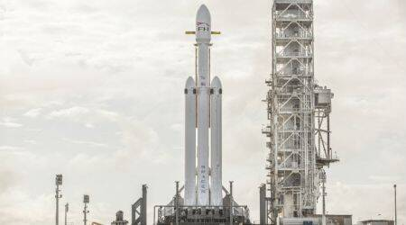 SpaceX Falcon Heavy poised for debut test launch, with Tesla Roadster payload