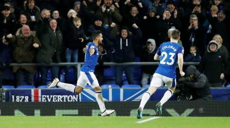 Theo Walcott's double leads Everton to 2-1 win over Leicester City