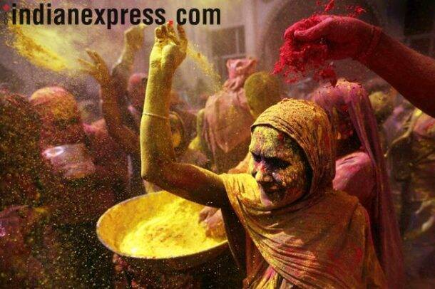 Holi 2018 photos, vrindavan holi pics, widows playing holi, vrindavan holi images, mathura holi pictures, traditional Holi Celebration, indian express
