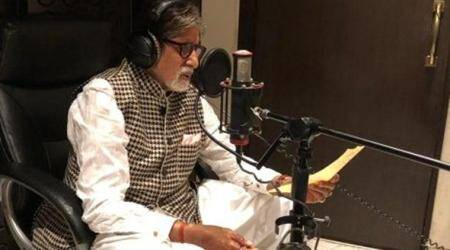 "Amitabh Bachchan gives A-Capella twist to Pyaasa song ""Sar jo tera chakraaye"""