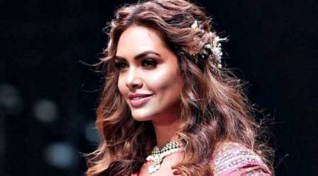 After Sonam Kapoor, Esha Gupta flaunts one of the hottest hair accessories of 2018; see pics