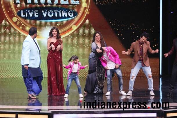 varun dhawan and shilpa shetty with the finalists of the show