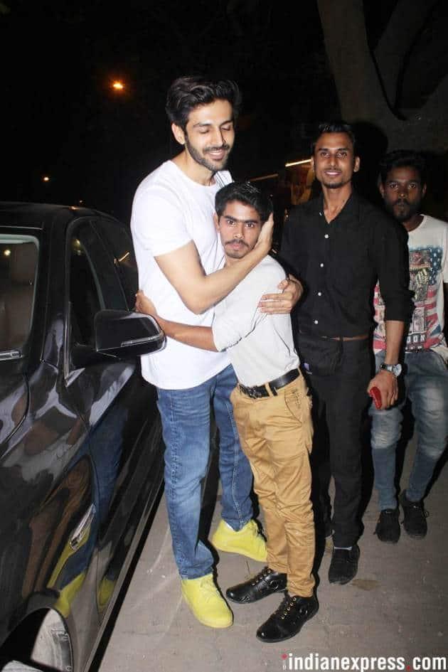 kartik aaryan with a fan