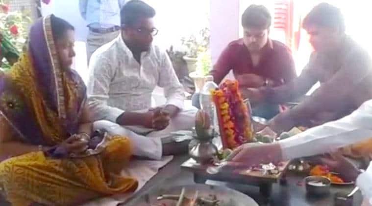 up man organises havan and bhoj for lost parrot, Mittal family pet parrot, Pankaj Kumar Mittal does havan for dead parrot