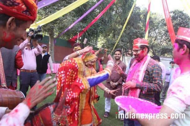 holi 2018 photos, bjp holi photos, mukhtar abbas naqvi pics, naqvi playing holi colour images, political leader holi photos, lutyens delhi holi, indian express