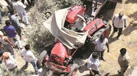up tractor accident, up tractor trolley falls, tractor trolley falls in UP, dubagga, up accident, up infant injured, up road mishap