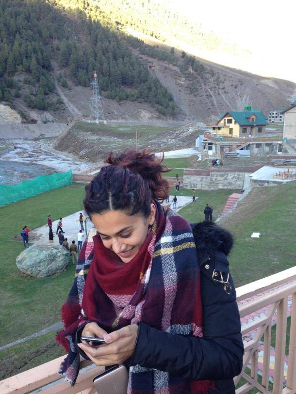 taapsee pannu chatting on phone