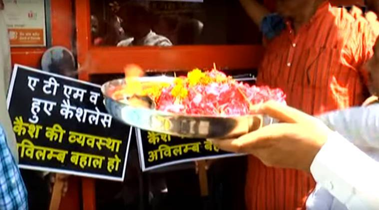 aarti outside kanpur atm, shopkeepers atm, aarti atm kanpur, atm, cash crunch, demonetisation, atm no money aarti video, indian express, indian express news