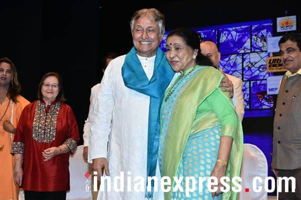 asha bhosle and amjad ali khan at Deenanath Mangeshkar Award