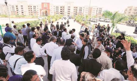 Vadodara: At new court building, protesting lawyers seated on mats 'misshome'