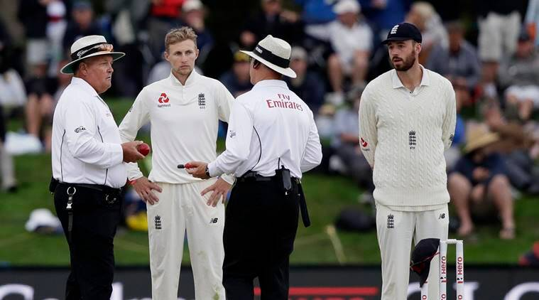 Umpires discuss issue with fading light on Day 4 of second Test
