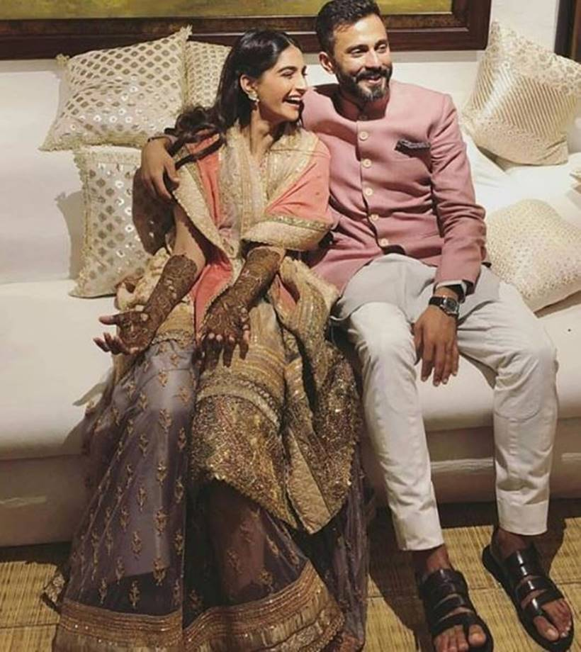 sonam kapoor and anand ahuja on mehendi