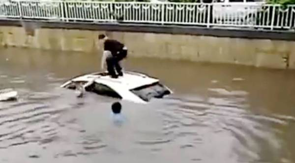 drowning suv, people save woman from drowning, woman drowning video, viral video, indian express, indian express news