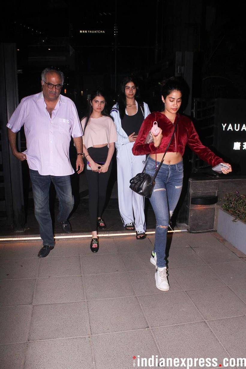 janhvi kapoor with family