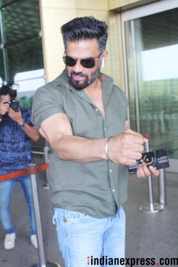 suniel shetty at airport