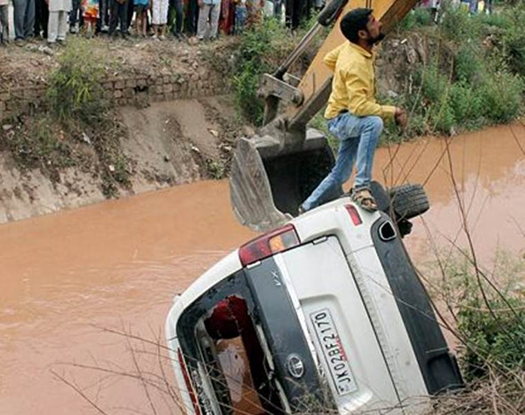 jammu kashmir vehicle falls into canal, J&K deputy cm Kavinder Gupta, kavinder gupta vehicle falls into canal, kashmir minister convoy accident