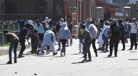 24 injured in clash between protesters, security forces in Srinagar