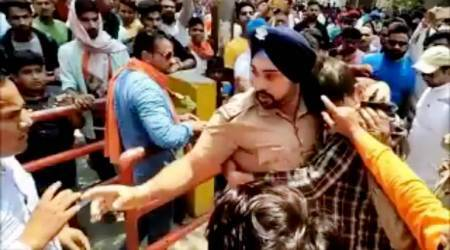 VIDEO: Fearless Sikh cop saves Muslim boy from mob attack by VHP workers
