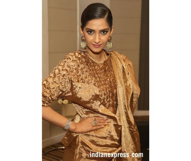 Sonam Kapoor, Sonam Kapoor Veere Di Wedding, Sonam Kapoor latest photos, Sonam Kapoor fashion, Sonam Kapoor Veere Di Wedding promotions, Sonam Kapoor gold sari, Sonam Kapoor Rashmi Varma sari, indian express, indian express news
