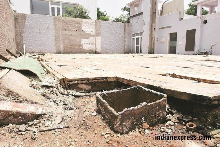 akhilesh bungalow, akhilesh yadav damages house, akhilesh yadav house damaged, samajwadi party, uttar pradesh, former cm vacates official residence, indian express