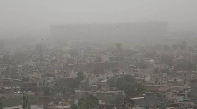 Dust storms in western India have brought down the air quality in New Delhi. For the third straight day on Thursday, the capital city is witnessing 'severe' levels of pollution. (Express photo/Jasbir Malhi)