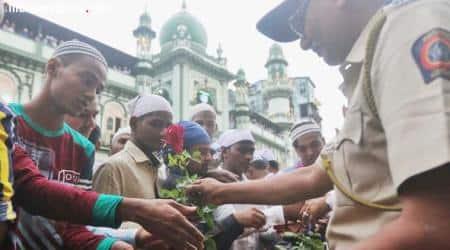 Eid ul-Fitr 2018: Mumbai Police gives roses to wish people Eid Mubarak and Tweeple are lovingit!
