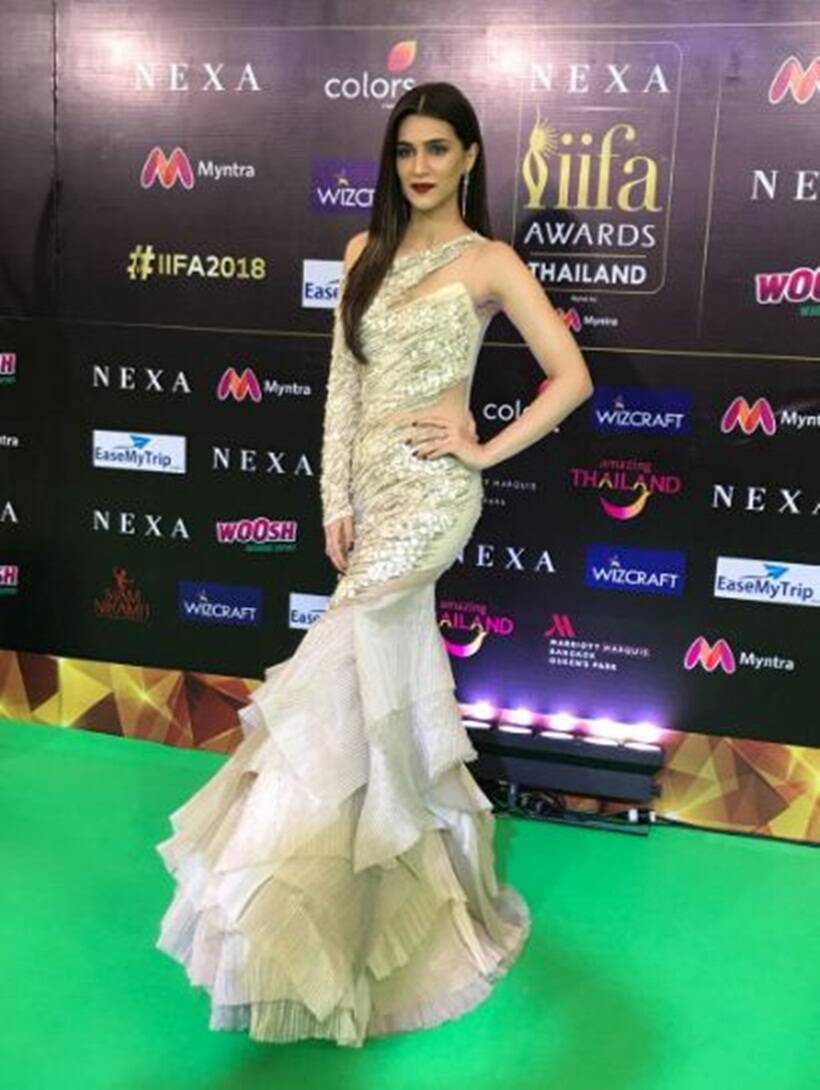 kriti sanon green carpet iifa